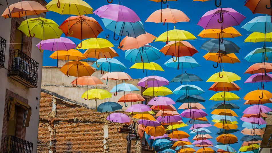 Regenschirme spenden Schatten im Sommer