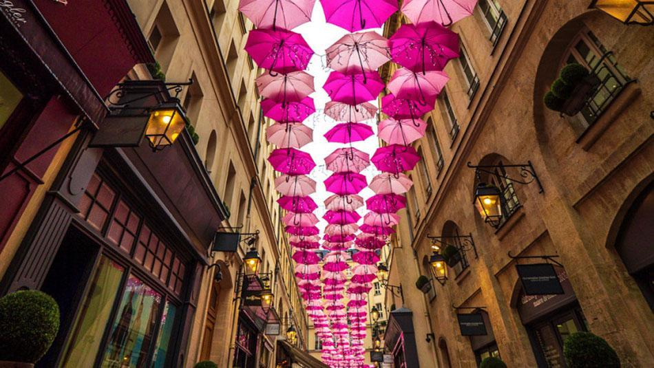 Umbrella Sky im Village Royal in Paris